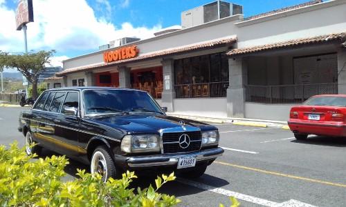 Hooters-restaurant-ruta-27-plaza-Itzcazu-COSTA-RICA-LIMOUSINE.jpg